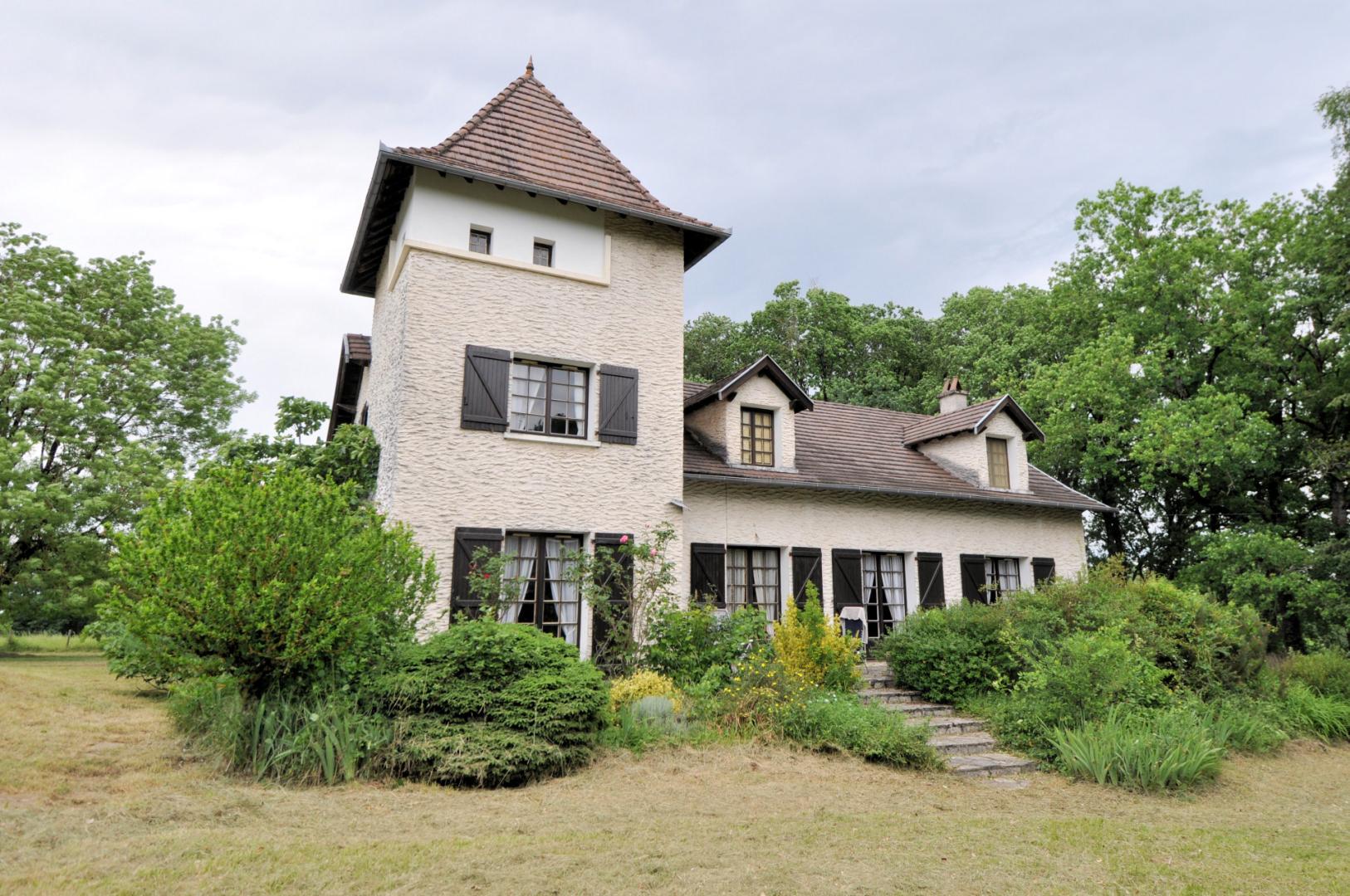 Grande maison traditionnelle avec piscine sur terrain de 6400 m²