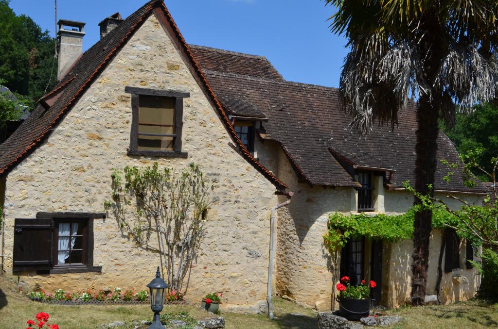En Périgord Noir, à 10 minutes environ de Montignac, jolie petite maison en pierre dans un hameau calme avec terrain.