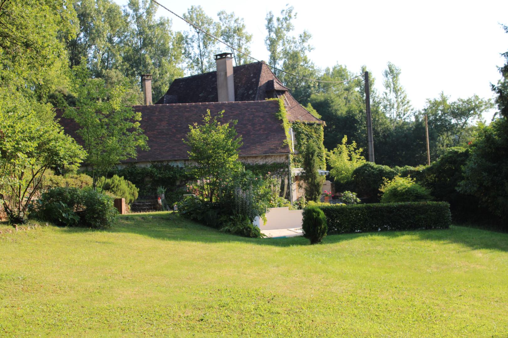 Périgord Noir, dans un village proche de MONTIGNAC avec commerces de proximité, maison ancienne et gîte entièrement rénovés avec piscine et terrain.