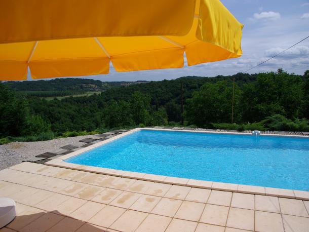 Proche de MONTIGNAC, dans un hameau environnement rural, ancienne grange rénovée en gîte avec piscine. Terrain d'environ 1000 m². Idéal pour vacances ou investissement locatif.