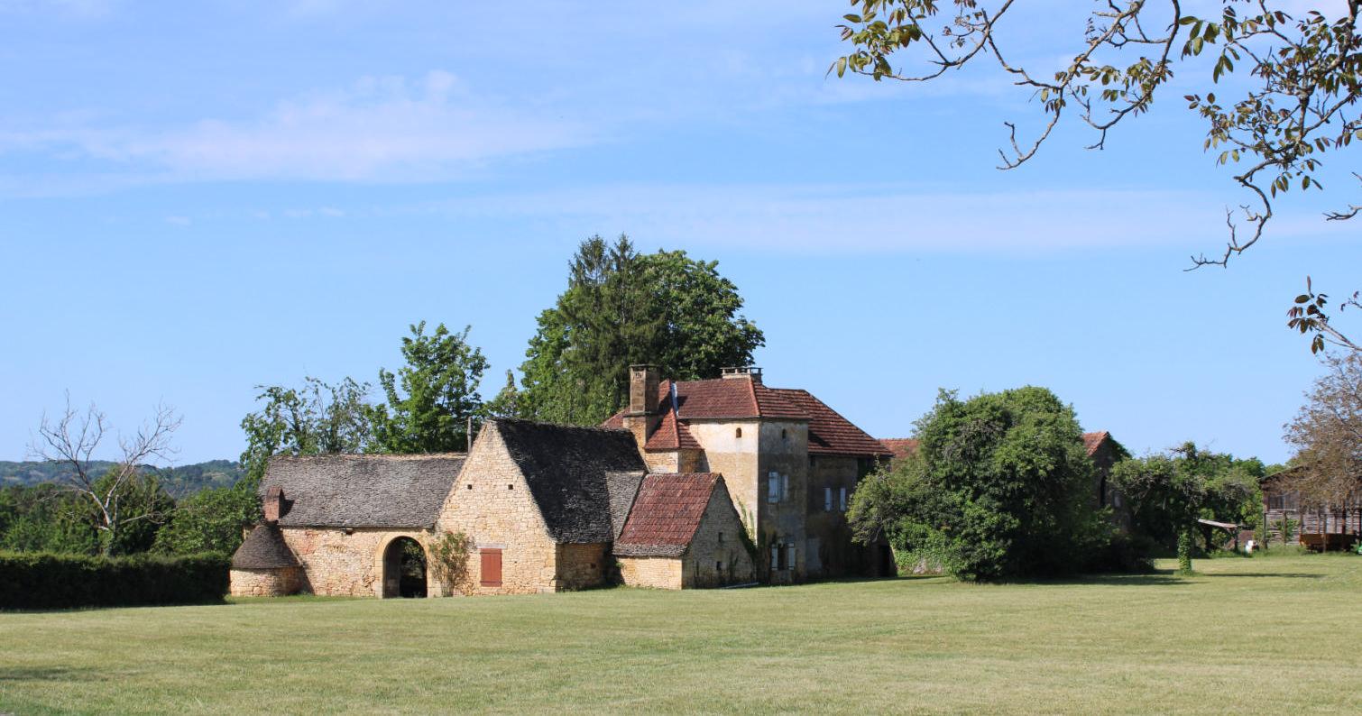 En Périgord Noir, très beau corps de ferme à restaurer au milieu de 4 hectares.