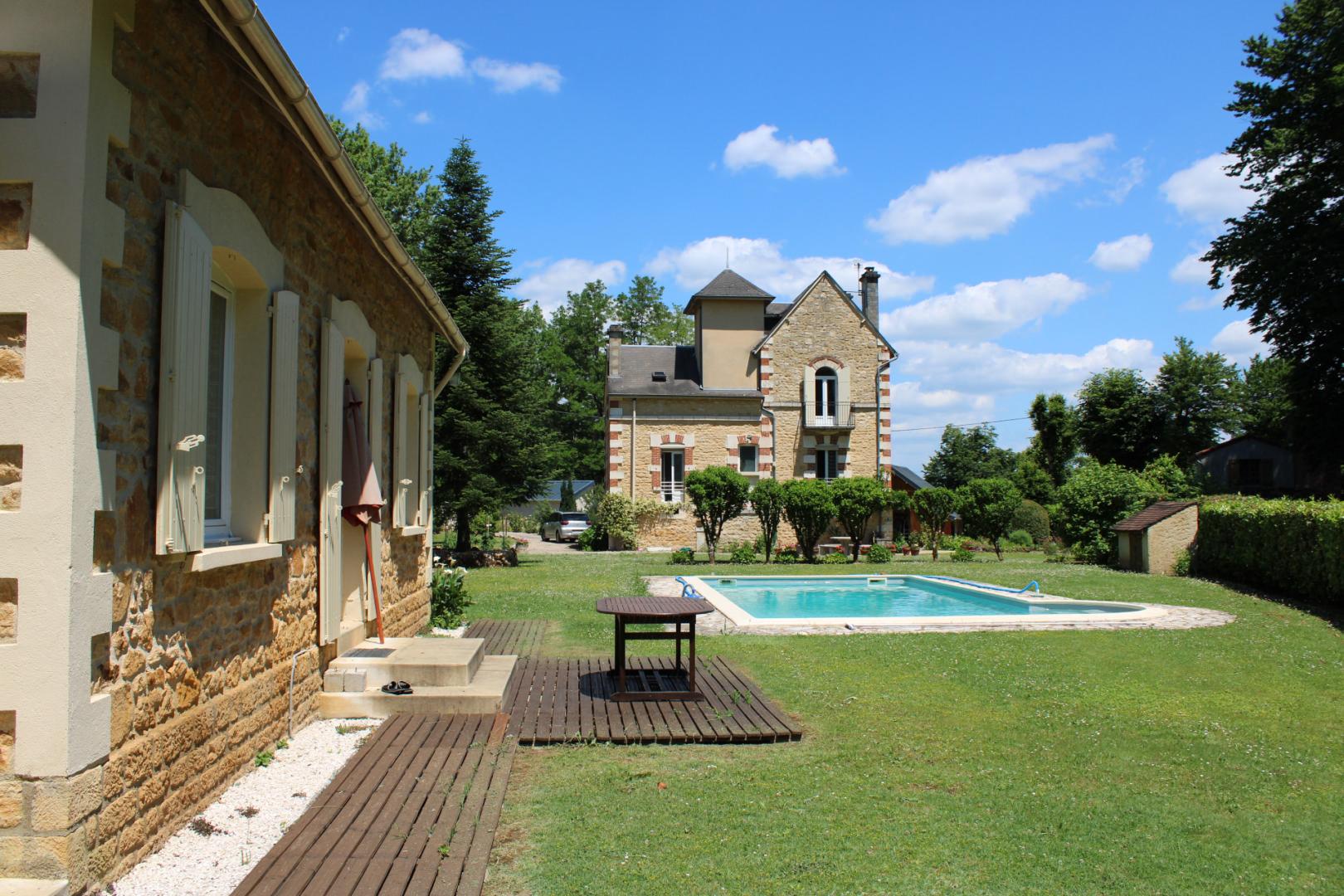 Au coeur du Périgord Noir, à 10 kilomètres de SARLAT, maison de maître entièrement rénovée avec gîte et piscine.