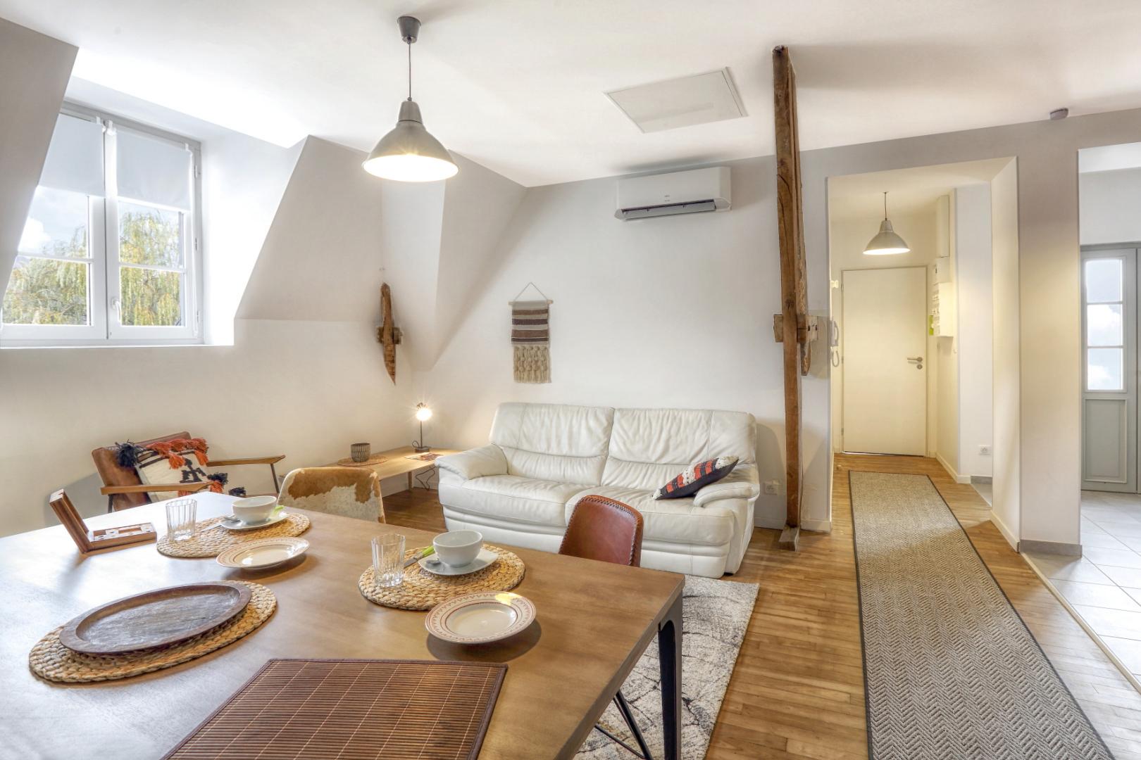 Dans un bourg très touristique du Périgord Noir, immeuble de rapport composé de deux appartements, de deux studios, d'une laverie et d'un local commercial loué à l'année. Très bonne rentabilité.