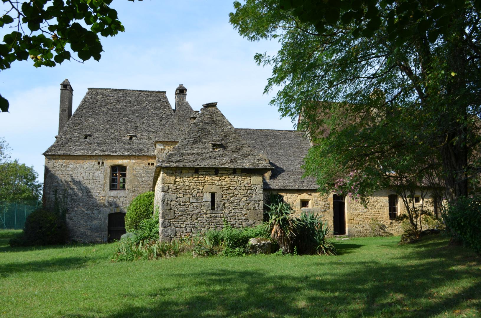 Périgord Noir, belle propriété de caractère dans son jus, située sur les hauteurs entre Montignac et Sarlat. Situation calme et non isolée, belle orientation, terrain plat et paysagé d'environ 5000 m².
