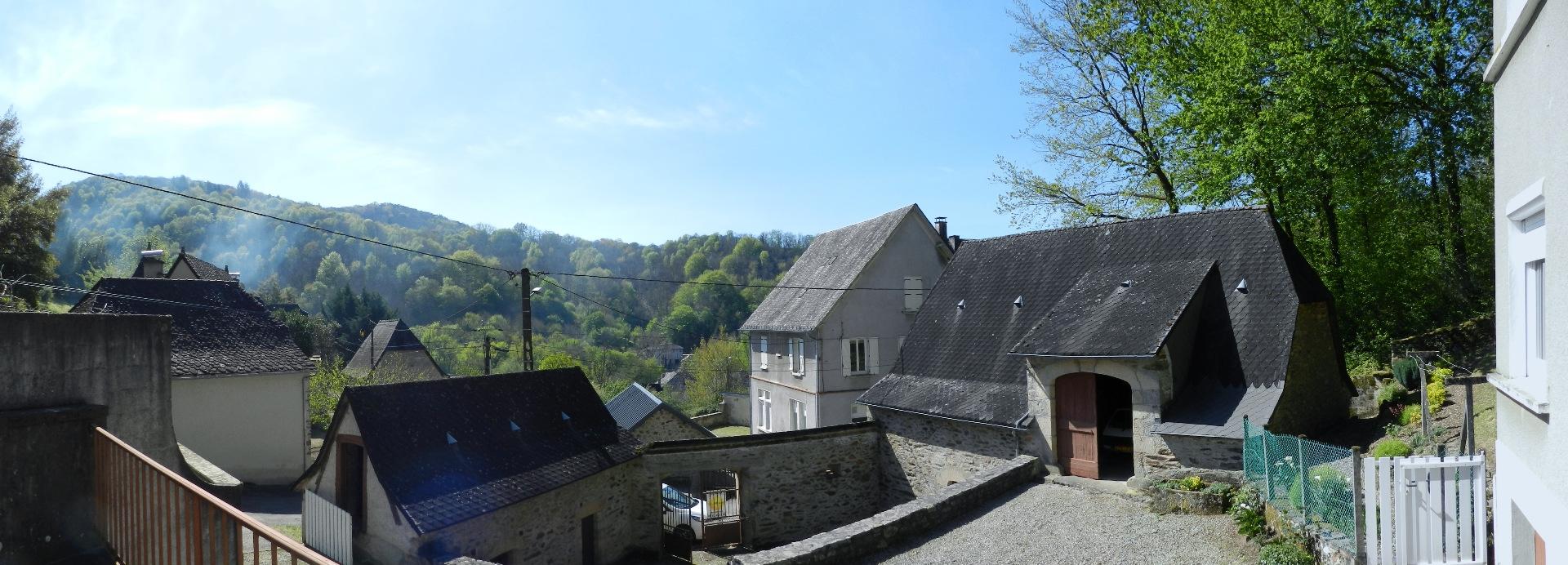 A vendre, vallée de la Cère, ensemble immobilier ancien, maison de type 4, grange et grangette, terrain 1 062 m²