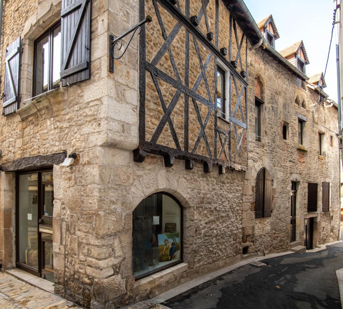 Centre Ville, maison en pierre et colombages du 13ème siècle avec toit terrasse.