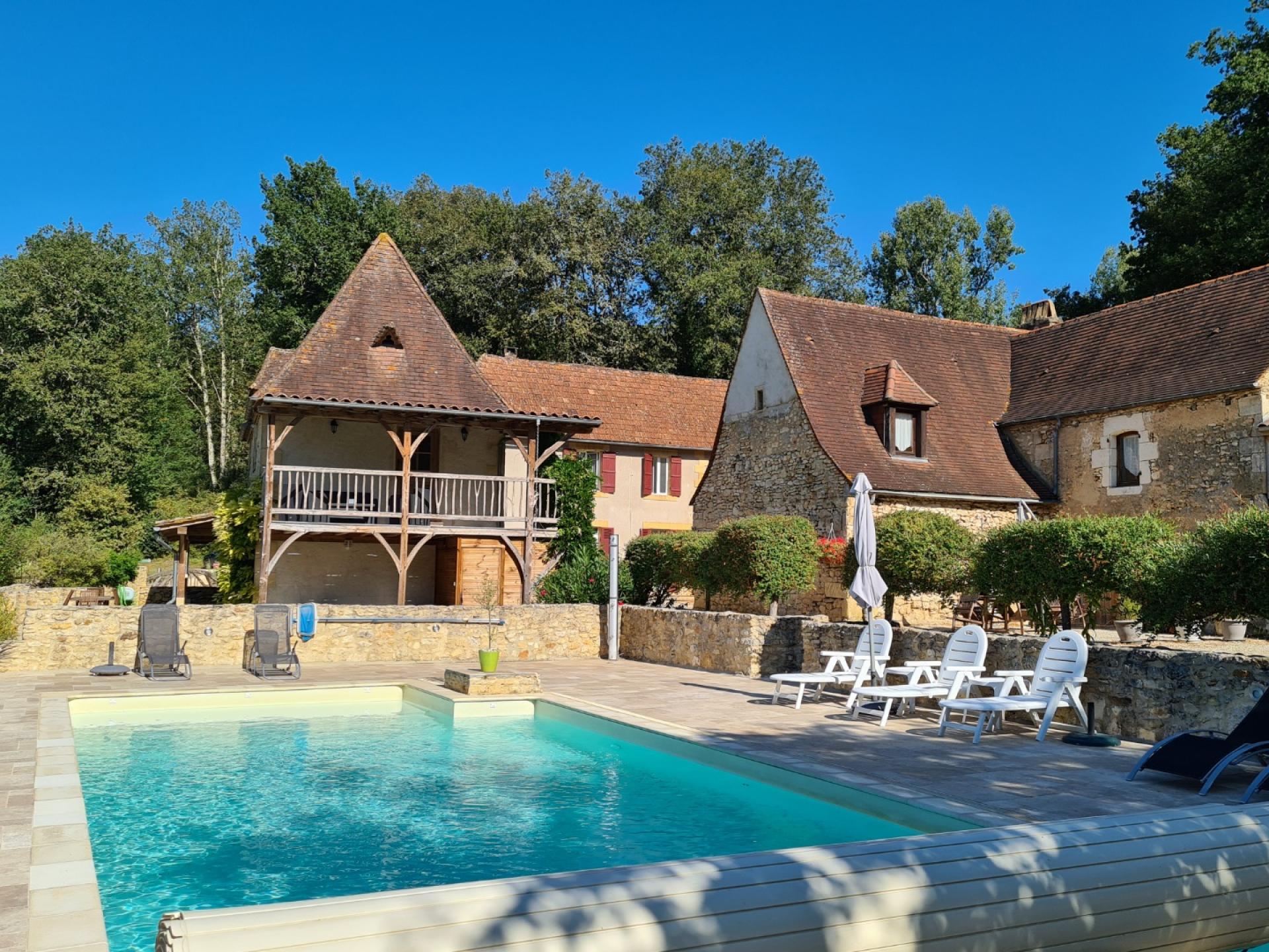 Belle propriété commerciale avec deux gîtes, chambres d'hôtes et piscine
