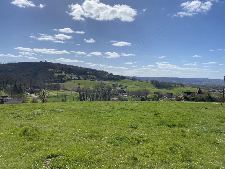 Terrain constructible sur les hauteurs bénéficiant d'une jolie vue.