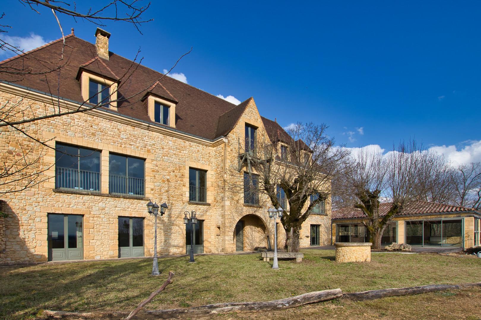 Exceptionnel ! Sarlat Centre - Maison contemporaine avec piscine intérieure et tennis