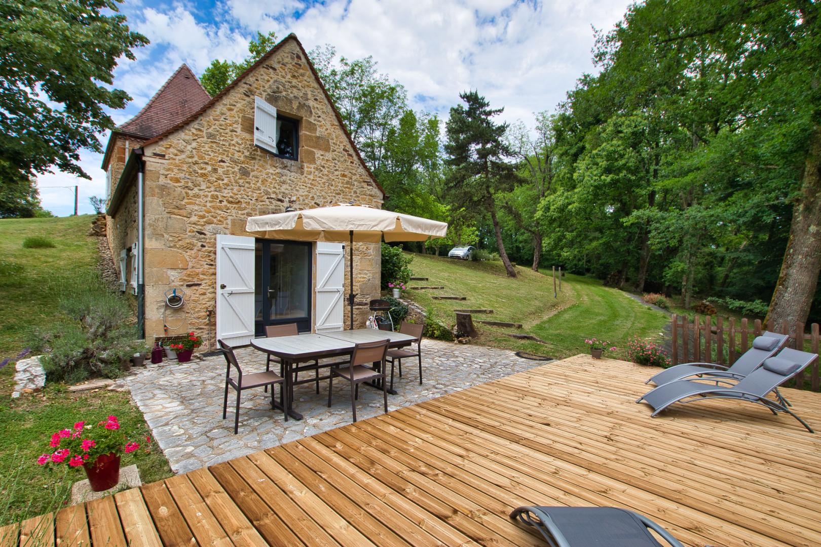 SARLAT- Maison en pierre idéalement située avec terrain
